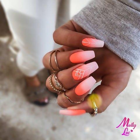 neonowe paznokcie w kolorze pomarańczowym
