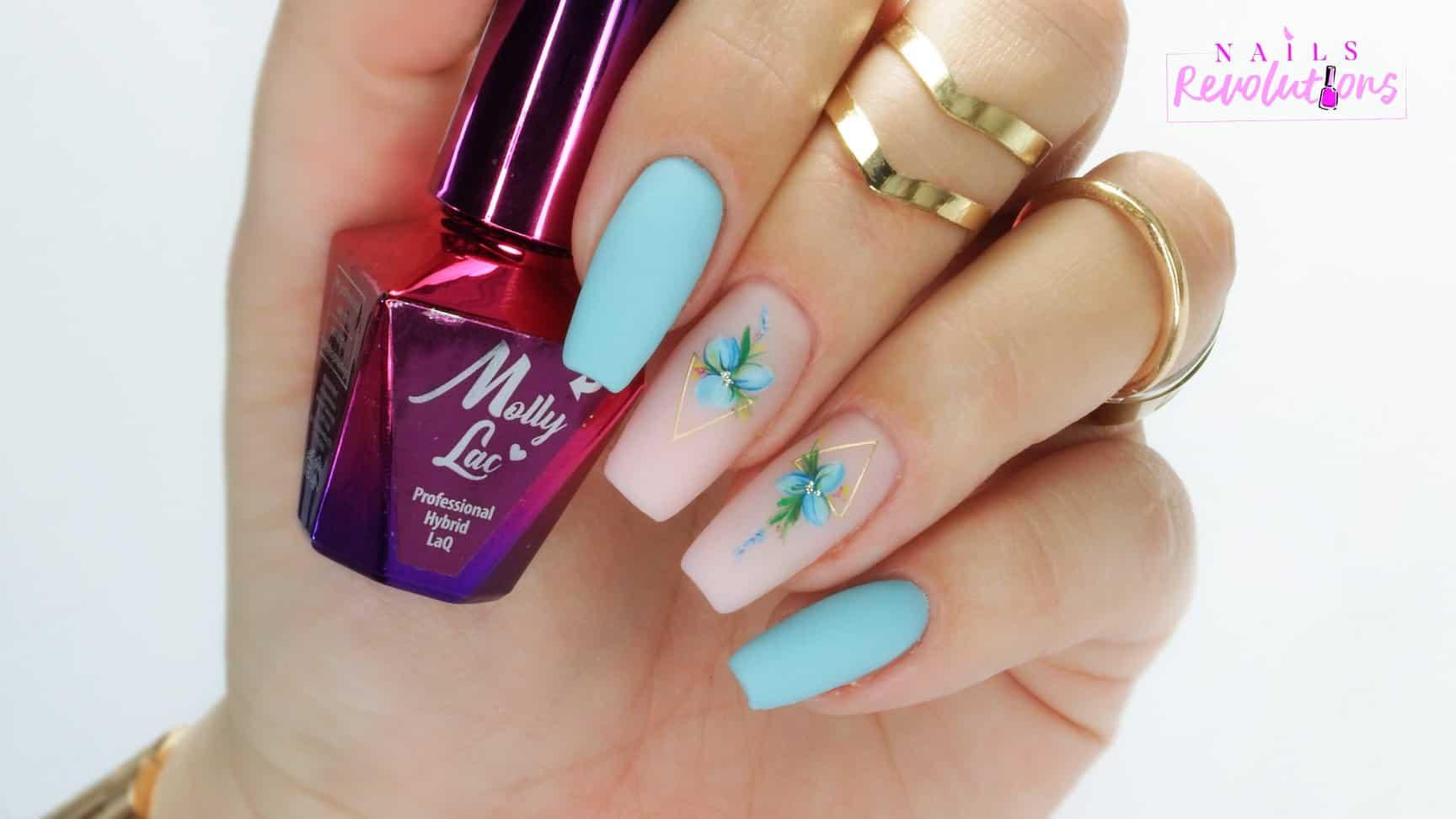manicure hybrydowy w turkusowym i jasnoróżwym kolorze