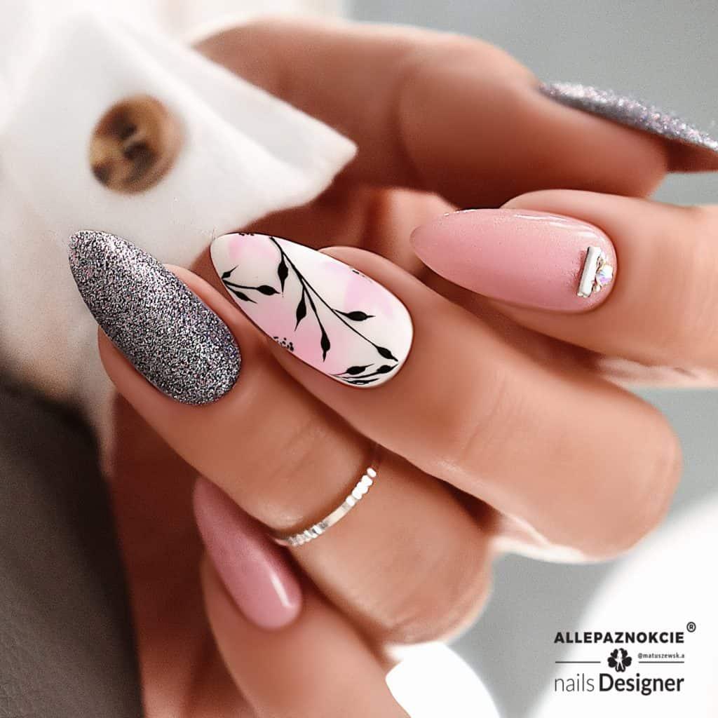 delikatny manicure z brokatem