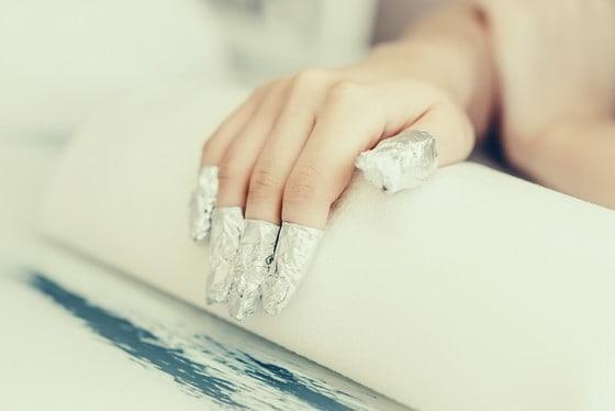 zdejmowanie lakieru hybrydowego z paznokci domowym sposobem