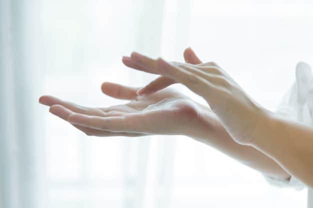 sposoby na suche dłonie