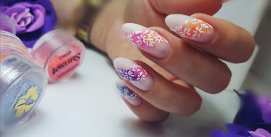 pyłki do paznokci kwiatowy manicure