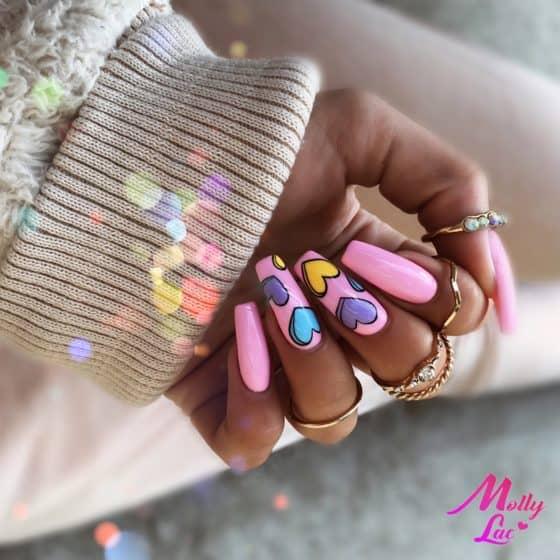 różowy manicure hybrydowy z serduszkami