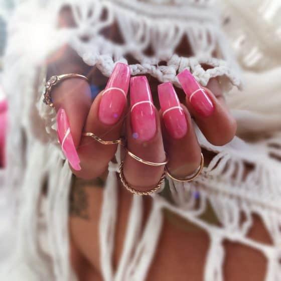 zdobienia paznokci efekt wody na różowych paznokciach