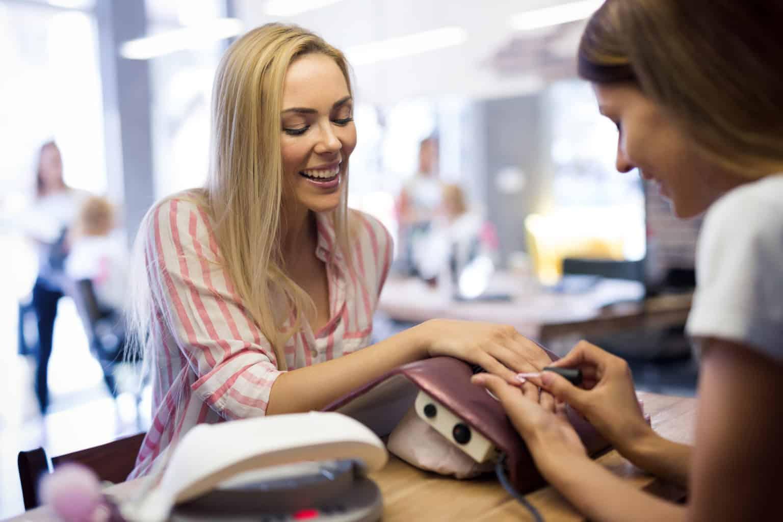 złamany paznokieć wizyta w salonie kosmetycznym