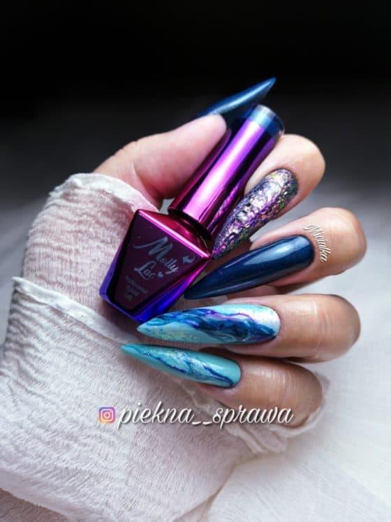 niebieski manicure z efektem wody
